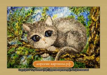Беззащитный котенок на дереве